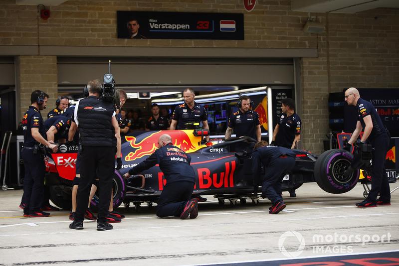 I meccanici ispezionano la monoposto di Max Verstappen, Red Bull Racing RB14, in pit lane, durante le Qualifiche