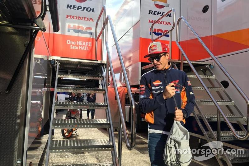 Marc Márquez a su llegada al camión del Repsol Honda