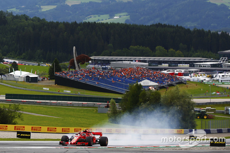Kimi Raikkonen, Ferrari SF71H, bloque une roue