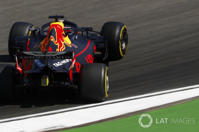 Daniel Ricciardo, Red Bull Racing RB14, has a sideways moment