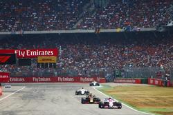 Эстебан Окон, Sahara Force India F1 VJM11, и Даниэль Риккардо, Red Bull Racing RB14