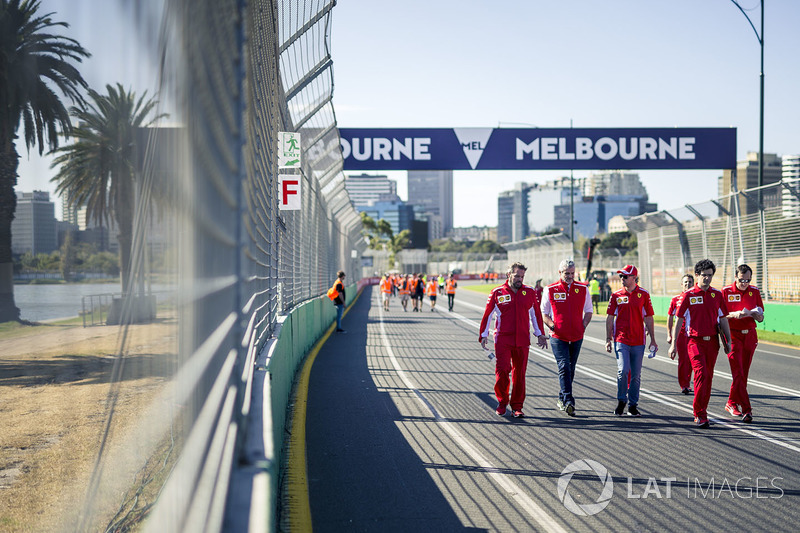 Sebastian Vettel, Ferrari, cammina lungo il circuito con Maurizio Arrivabene, Team Principal Ferrari e Riccardo Adami, ingegnere di pista Ferrari