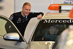 Daniil Kvyat, Scuderia Toro Rosso in the Safety Car with Valtteri Bottas, Mercedes AMG F1