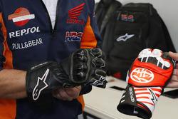 Dani Pedrosa, Repsol Honda Team con un guanto