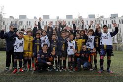 Marc Marquez, Dani Pedrosa, Repsol Honda Team, con dei giovani calciatori