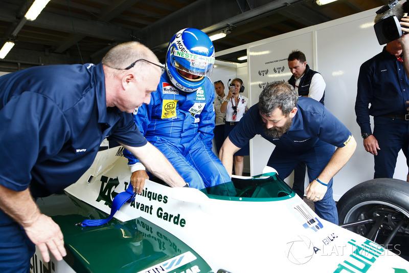 Los ex campeones del mundo, Keke Rosberg y su hijo Nico Rosberg, se preparan para correr el circuito en sus coches con el título ganador.