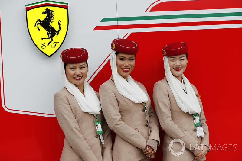 Стюардесси Emirates