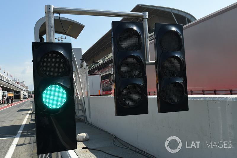 Lampu hijau di ujung pit lane