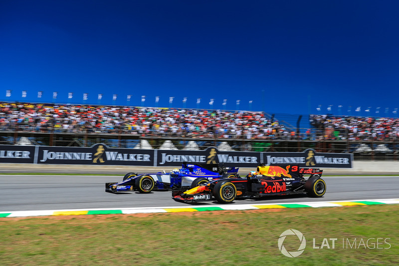 Marcus Ericsson, Sauber C36 and Daniel Ricciardo, Red Bull Racing RB13 battle