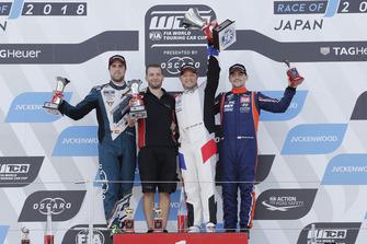 Podio: il vincitore della gara Rob Huff, Sébastien Loeb Racing Volkswagen Golf GTI TCR, il secondo classificato Pepe Oriola, Team Oscaro by Campos Racing Cupra TCR, il terzo classificato Gabriele Tarquini, BRC Racing Team Hyundai i30 N TCR