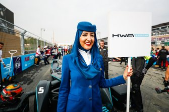 A Saudia Airlines representative holds the grid sign for Stoffel Vandoorne, HWA Racelab, VFE-05