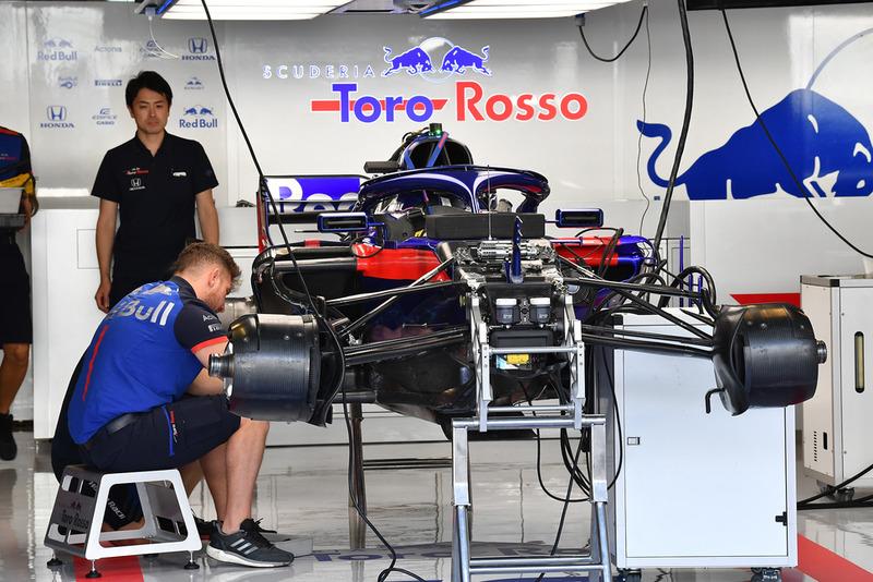 Scuderia Toro Rosso STR13 a garázsban
