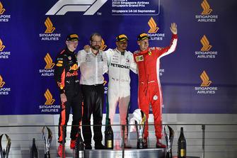 Max Verstappen, Red Bull Racing, Lewis Hamilton, Mercedes AMG F1 et Sebastian Vettel, Ferrari sur le podium