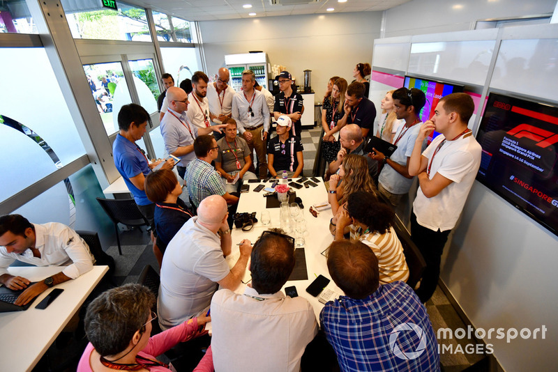 Esteban Ocon, Racing Point Force India F1 Team con los medios