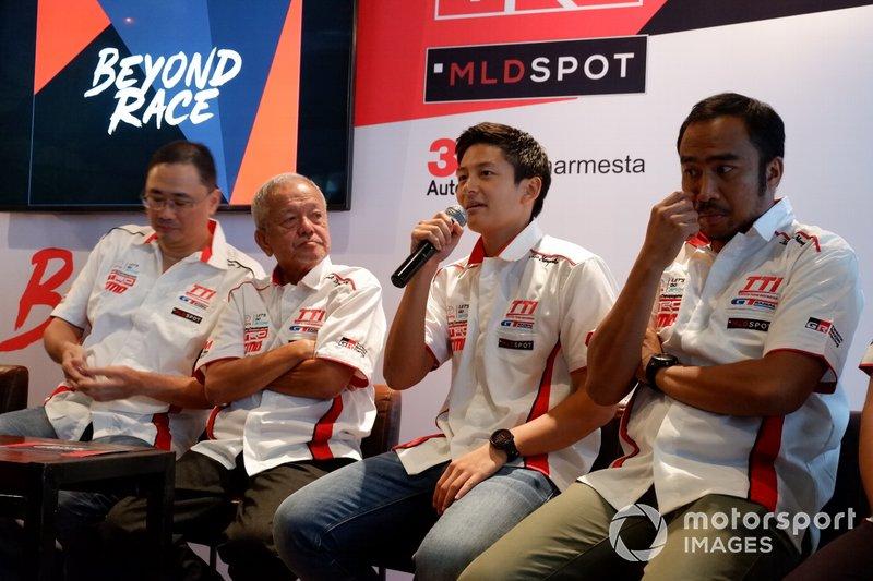 Executive General Manager PT Toyota-Astra Motor, Franciscus Soerjopranoto, Direktur Toyota Team Indonesia Memet Djumhana, Rio Haryanto dan Haridarma Manoppo