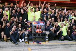 Winnaar Max Verstappen, Red Bull Racing viert met het team