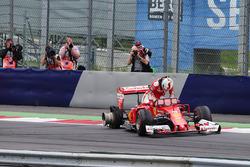 Себастьян Феттель, Ferrari SF16-H сходит после взрыва покрышки