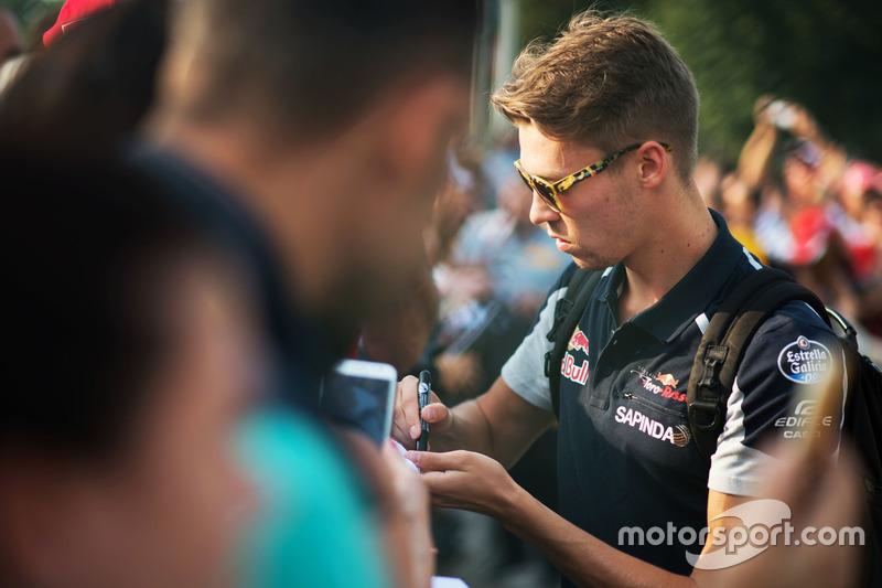 Daniil Kvyat, Scuderia Toro Rosso firma autografi ai tifosi