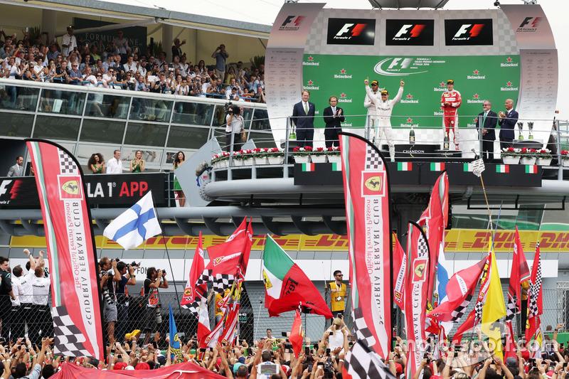 Ganador de la carrera Nico Rosberg, híbrido de Mercedes AMG F1 W07 celebra en el podio