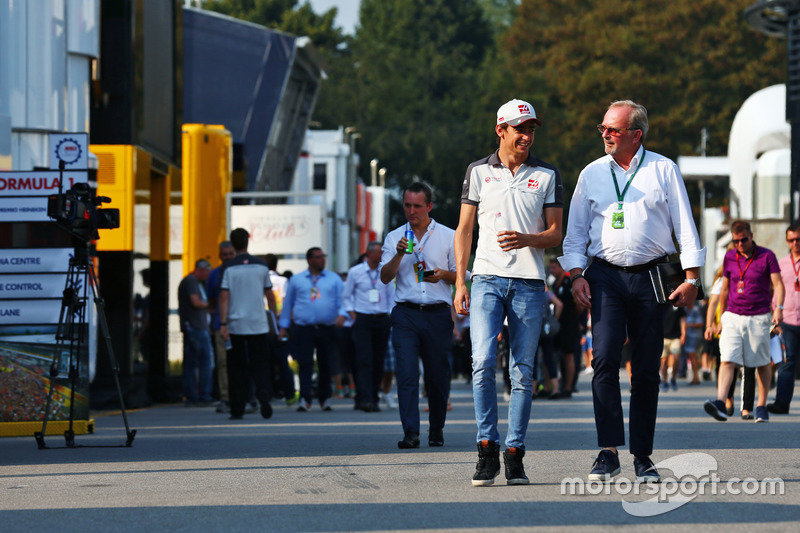 (L to R): Esteban Gutierrez, Haas F1 Team con Didier Coton, Driver Manager