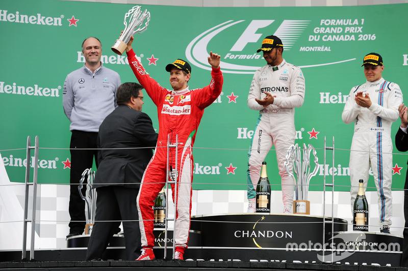 Подіум (зліва направо): Себастьян Феттель, Ferrari, друге місце; Льюїс Хемілтон, Mercedes AMG F1, пе