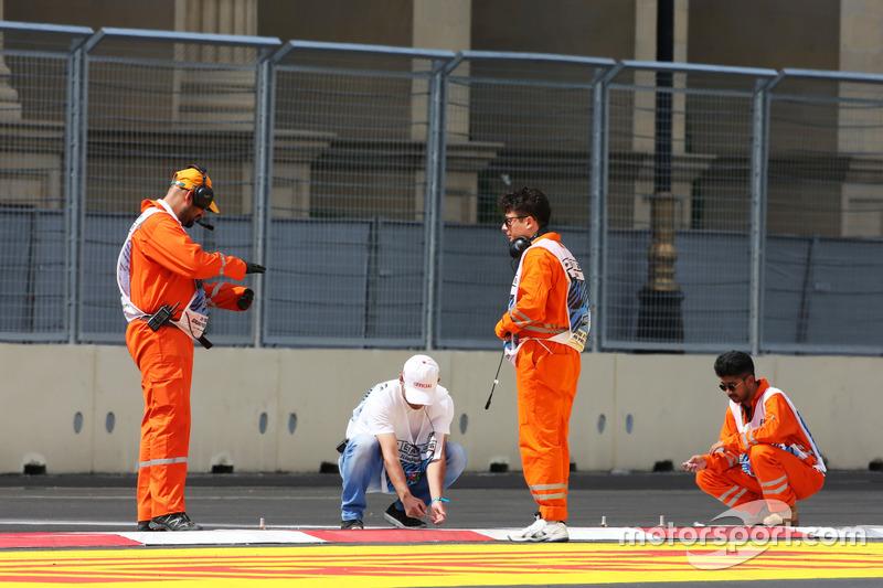 Маршали працюють над поребриками після відкладеної GP2  кваліфікації