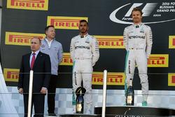 Podium: Vladimir Putin, Russian Federation President, winner Nico Rosberg, Mercedes AMG F1 Team, sec