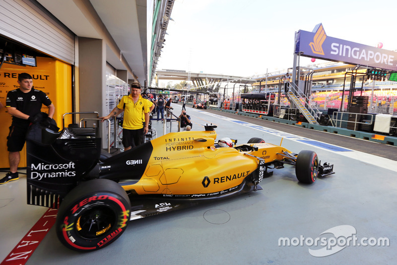 Kevin Magnussen, Renault Sport F1 Team RS16 leaves the pits