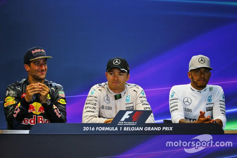 La conferenza stampa FIA post gara (da sx a dx): il secondo classificato Daniel Ricciardo, Red Bull Racing; il vincitore della gara Nico Rosberg, Mercedes AMG F1; il terzo classificato Lewis Hamilton, Mercedes AMG F1