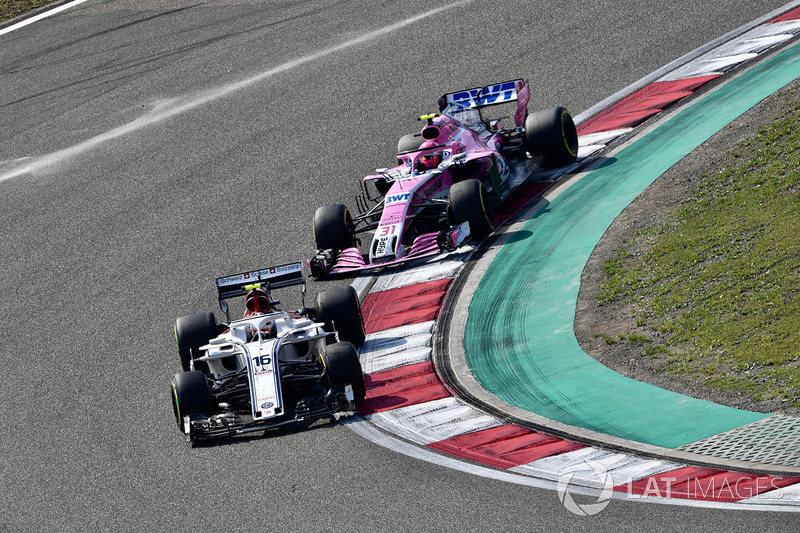 Charles Leclerc, Sauber C37 ed Esteban Ocon, Force India VJM11