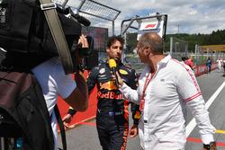 Daniel Ricciardo, Red Bull Racing talks with Kai Ebel, RTL Presenter on the grid
