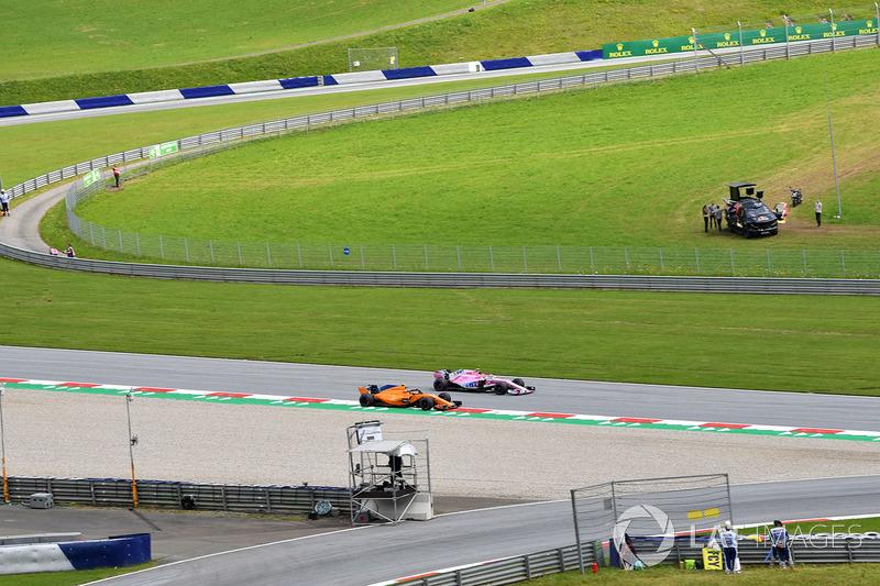 Stoffel Vandoorne, McLaren MCL33 y Esteban Ocon, Force India VJM11