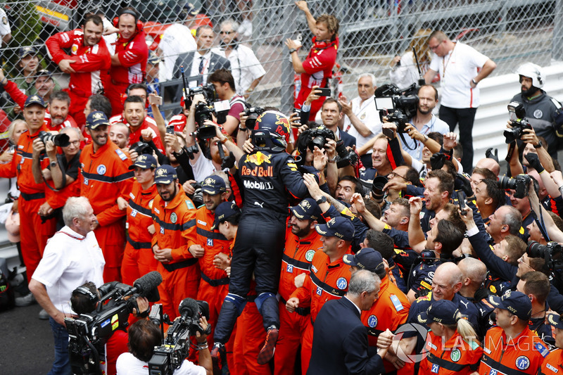 Daniel Ricciardo, Red Bull Racing, celebrates victory with his team, as Adrian Newey, Chief Technical Officer, Red Bull Racing and Helmut Markko, Consultant, Red Bull Racing look on
