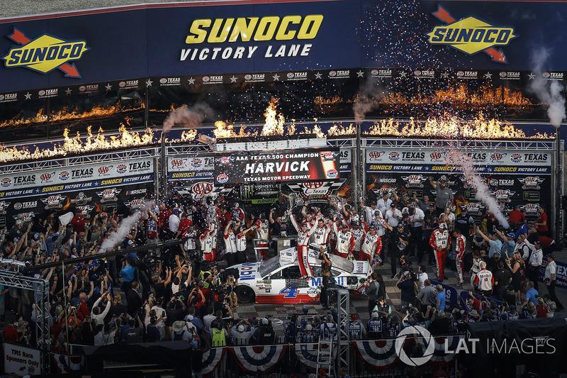 3. Ganador de la carrera Kevin Harvick, Stewart-Haas Racing Ford