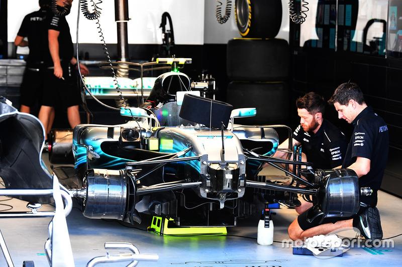 La mercedes benz f1 w08 dans le garage gp du br sil for Garage mercedes pellouailles les vignes