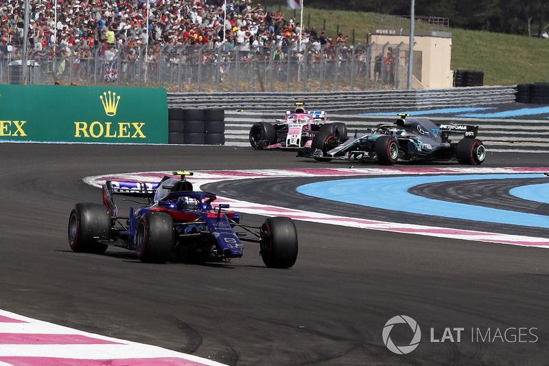 Pierre Gasly, Scuderia Toro Rosso STR13, con l'ala anteriore rotta, al primo giro