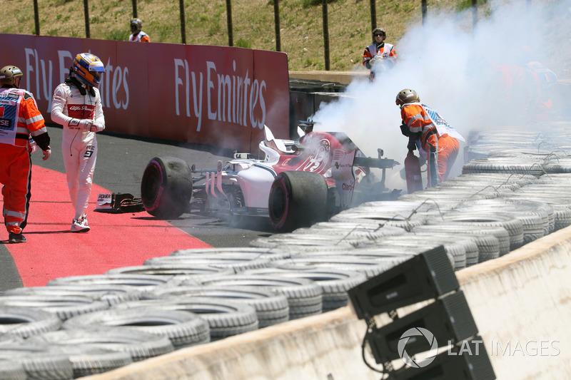 Marcus Ericsson, Sauber C37 crashes in FP1 and catches fire