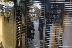 El relieve de Takuma Sato incrustado en el trofeo