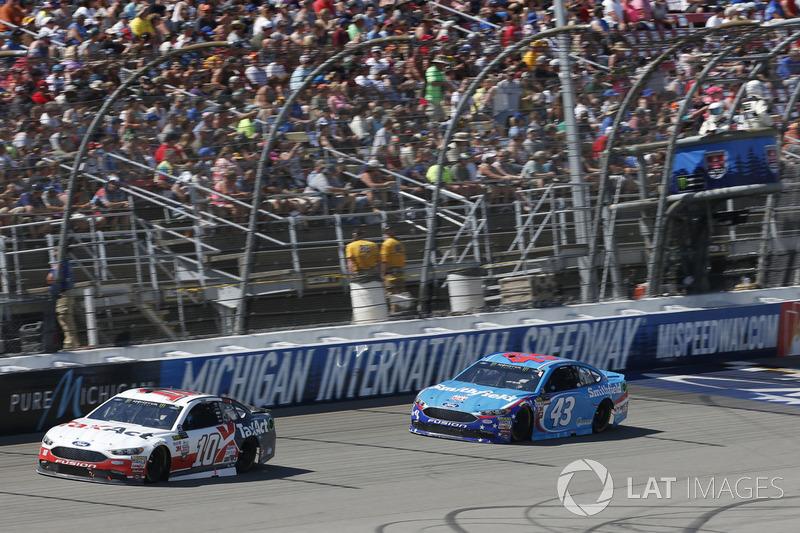 Danica Patrick, Stewart-Haas Racing Ford Darrell Wallace Jr., Richard Petty Motorsports Ford
