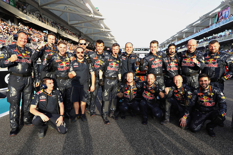 Mecánicos de Red Bull Racing en la parrilla