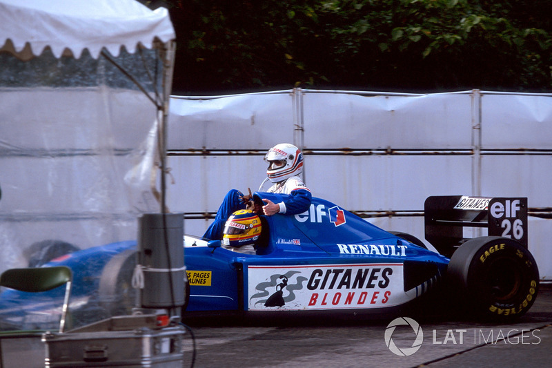 Suzuka 1993: Martin Brundle (Ligier) menumpang Mark Blundell (Ligier)