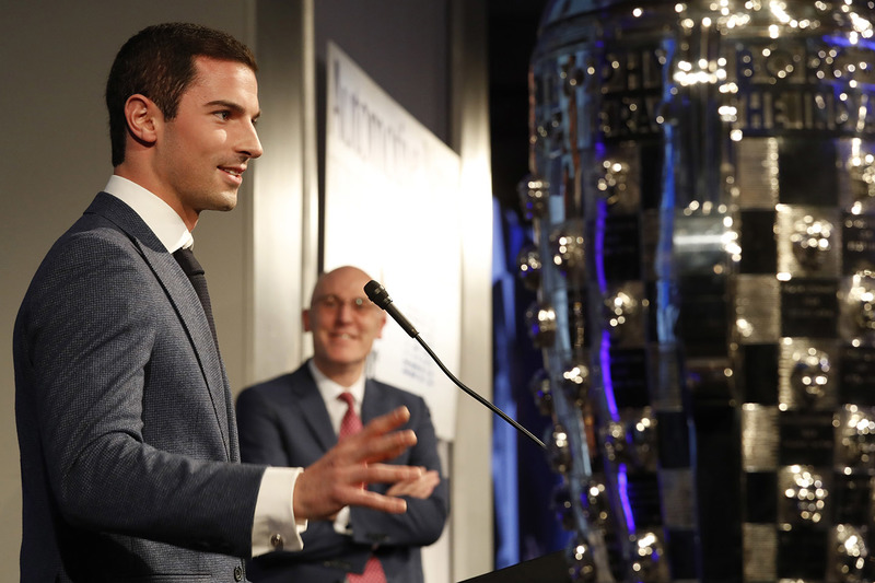 Indy 500 ganador 2016 Alexander Rossi con el trofeo Borg-Warner y James Verrier de BorgWarner
