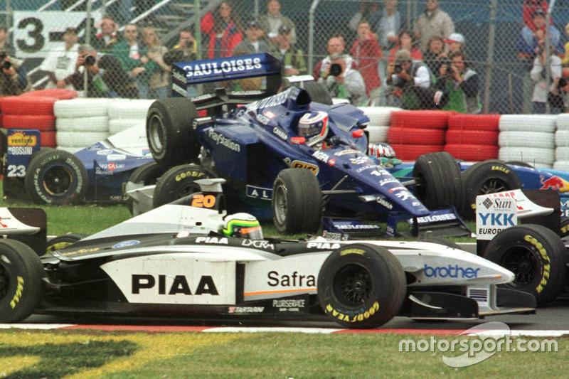 Jarno Trulli  Alexander Wurz autójának tetején