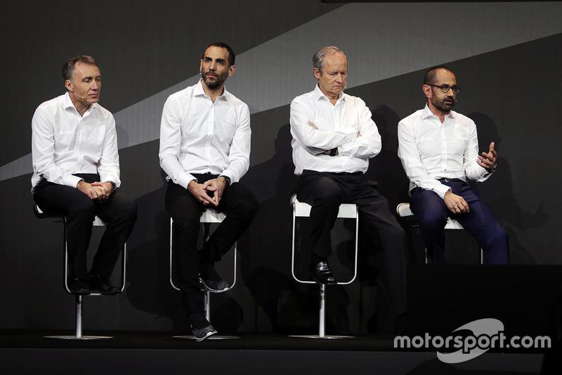 Bob Bell, directeur technique Renault Sport F1 Team avec Cyril Abiteboul, directeur général Renault Sport F1; Jérôme Stoll, président Renault Sport F1 et Thierry Koskas, vice-président des ventes et du marketing chez Renault