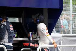 Carlos Sainz Jr., Scuderia Toro Rosso en la entrada del pitwall