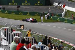 Carlos Sainz Jr., Scuderia Toro Rosso, se aleja de su coche chocado en los FP1