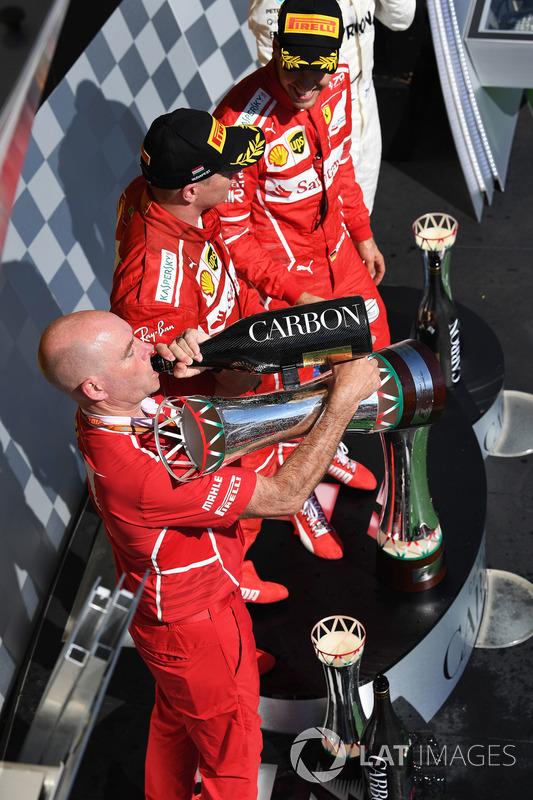 Podio: ganador de la carrera Sebastian Vettel, Ferrari, segundo lugar Kimi Raikkonen, Ferrari, Jock Clear, ingeniero jefe de Ferrari