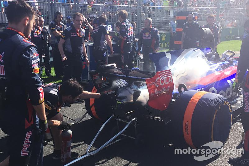 Miembros del equipo utilizan un extintor en el coche de Daniil Kvyat, Scuderia Toro Rosso después de