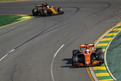Fernando Alonso, McLaren MCL32, leads Nico Hulkenberg, Renault Sport F1 Team RS17