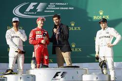Sebastian Vettel, Ferrari, entrevistado por Mark Webber en el podium